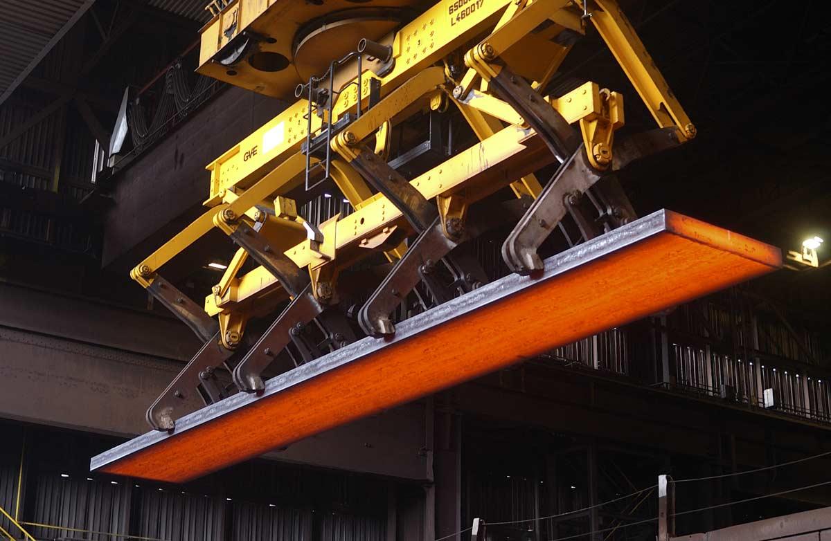 Transport des plaque d'acier en fusion vers le laminoir