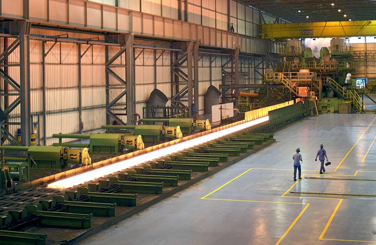 Laminoir dans une usine sidérurgique à Vitoria au Brésil