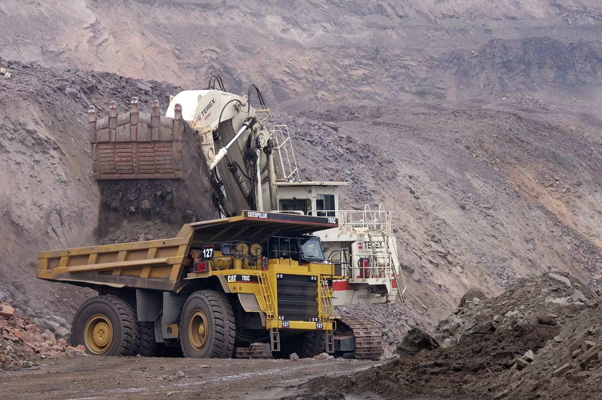 Chargement du dumper après extraction du minerais