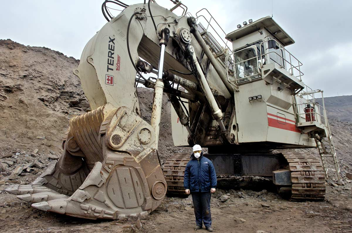 Opérateur devant sa pelleteuse sur une mine à ciel ouvert à Krivoi Rog en Ukraine