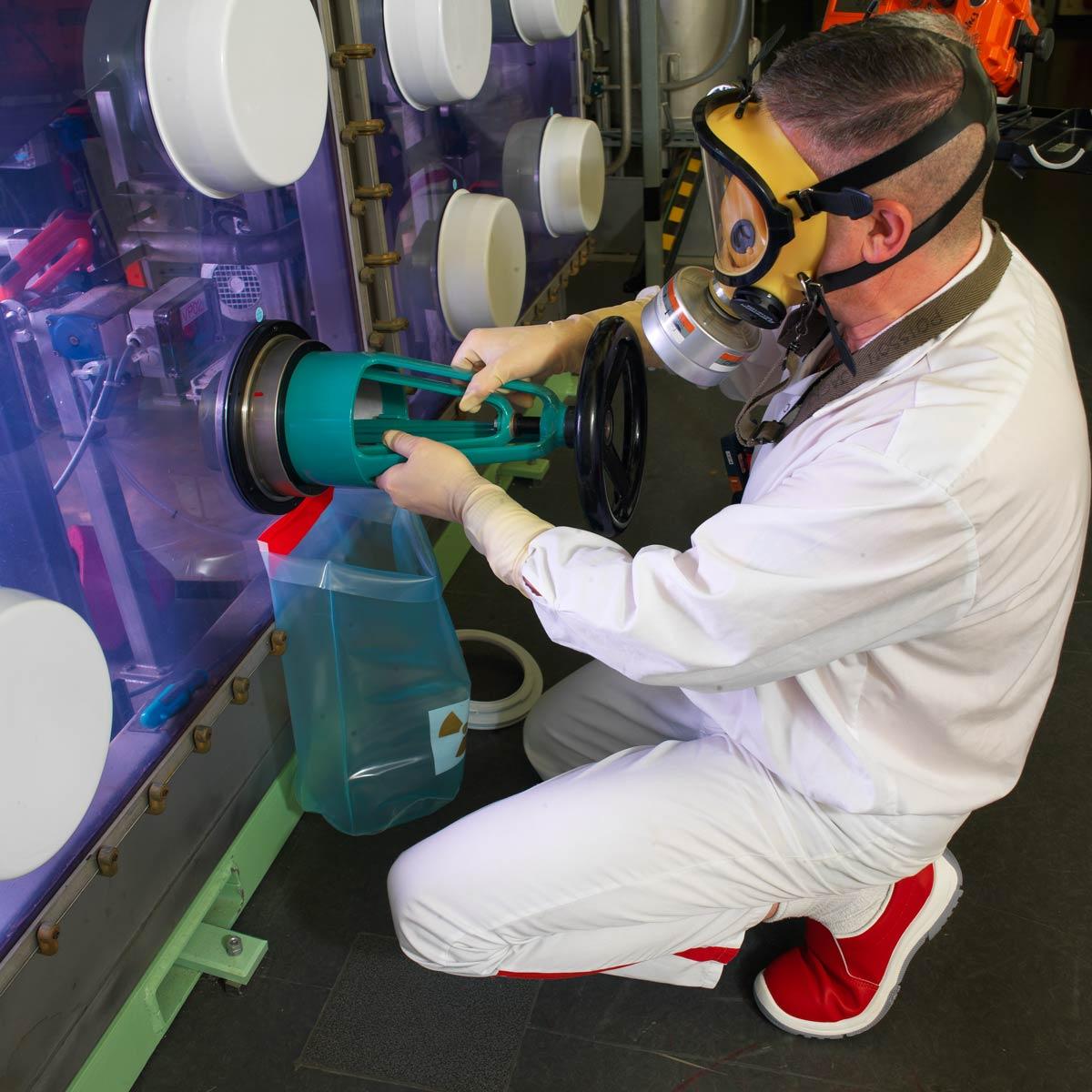 Bras articulés permettant de manipuler des matières radio-actives dans des cellules de plomb au CEA de Saclay