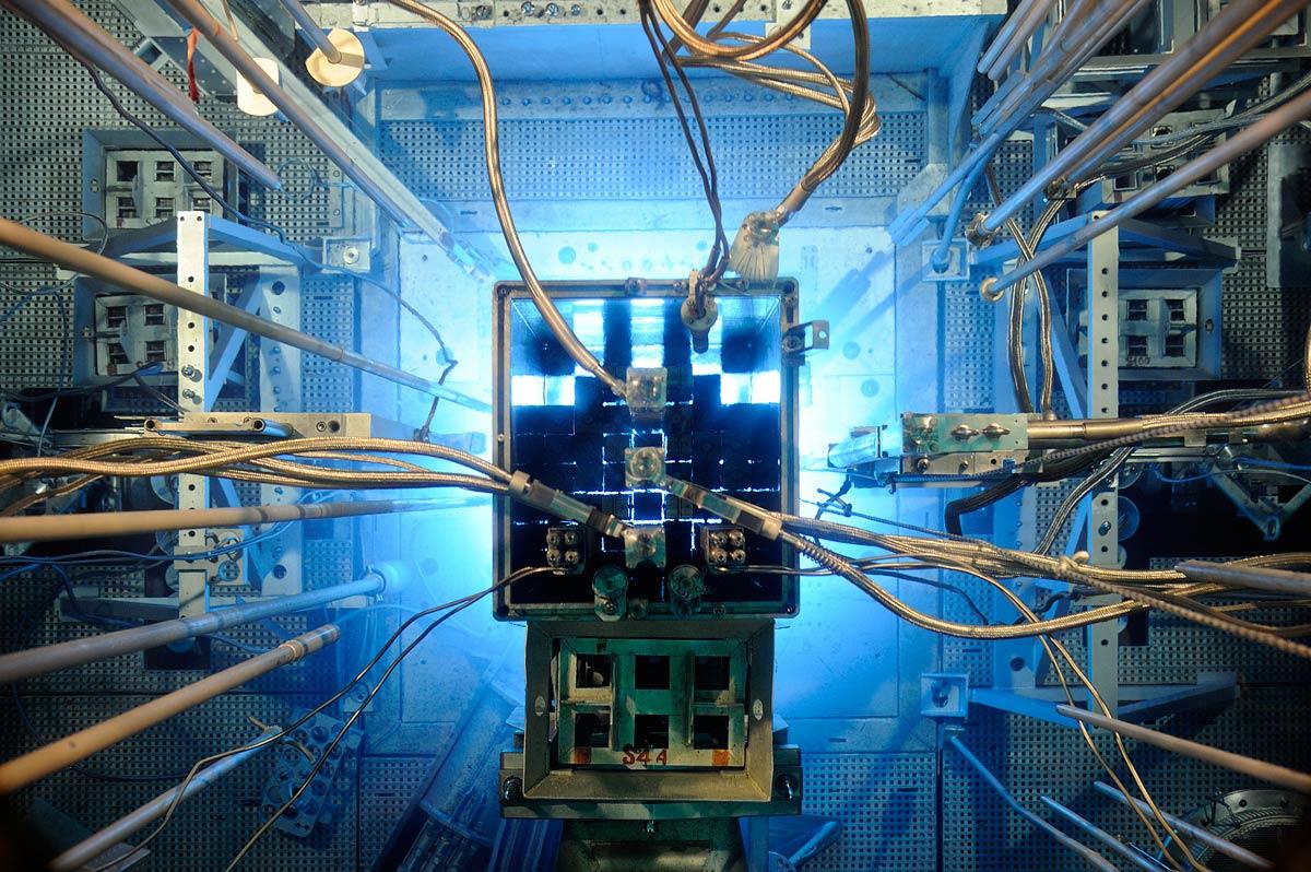 La lumière bleue de l'effet Tcherenkov du réacteur Osiris au CEA de Saclay