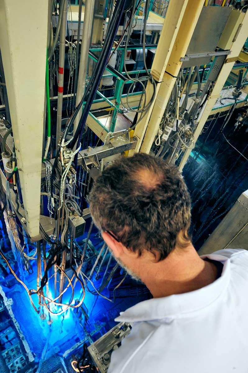 Chercheur du nucléaire surveille une manipulation sur le réacteur expérimental Osiris