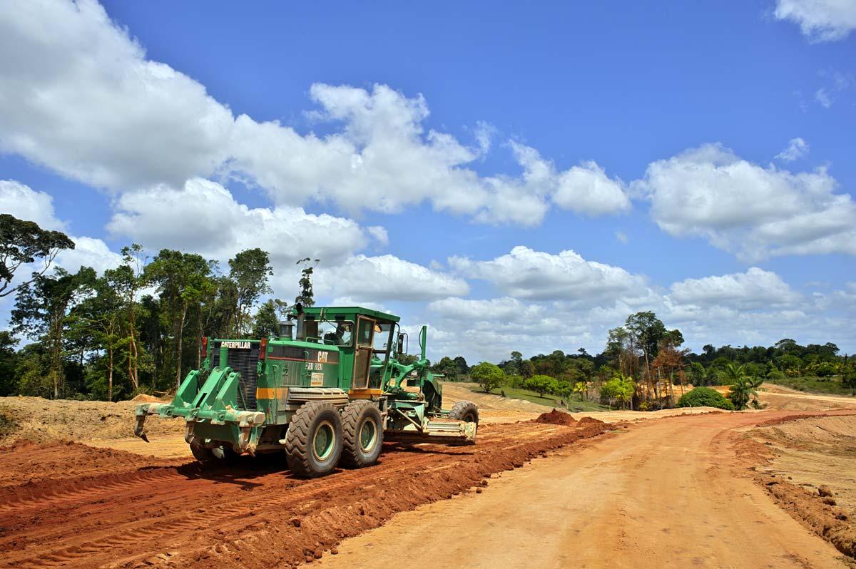 Percée de la Route Nationale faisant le tour de la Guyane Française