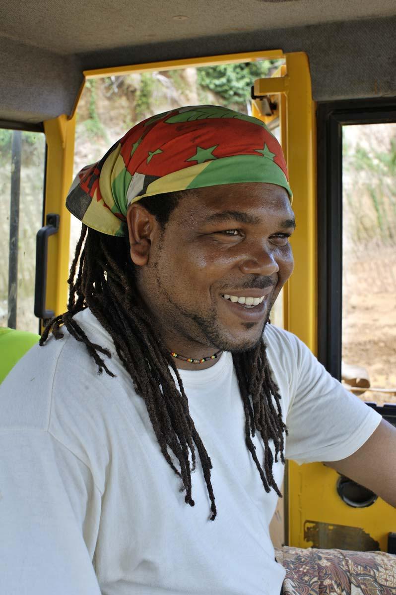Chauffeur de dumper sur le chantier de l'aéroport de la Dominique