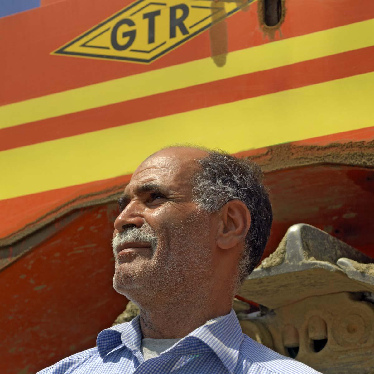 Conducteur de Caterpillar sur le chantier de l'usine Renault de Tangers