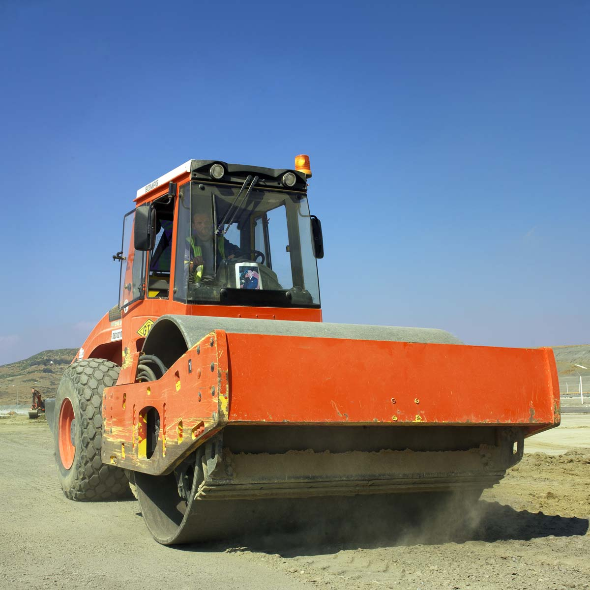Rouleau compresseur en action sur le chantier de l'usine Renault de Tangers